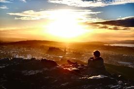 古都エディンバラと夕陽を、望む。